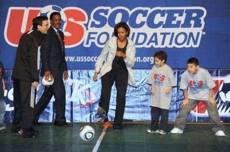 Michelle Obama calciatrice per un giorno contro l'obesità infantile