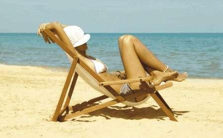 sulla spiaggia a prendere il sole