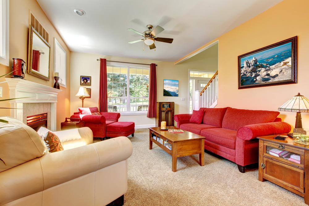 Arredamento moderno: elementi di rosso in salotto