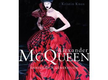 Alexander McQueen: a maggio un libro ne racconterà la storia
