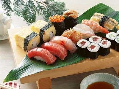 Un tagliere con del sushi fresco