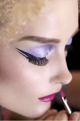 Riga eyeliner spessa con flick lunghissimo
