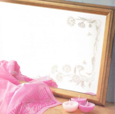 Decorare uno specchio con gli stencil