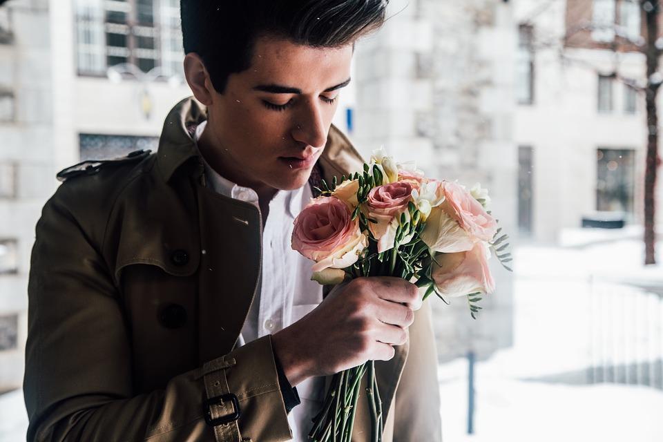 ragazzo con mazzo di fiori