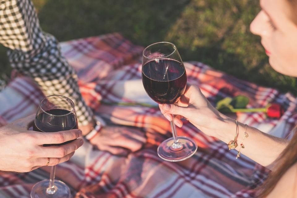 Come organizzare un pic nic romantico a base di vino e formaggio