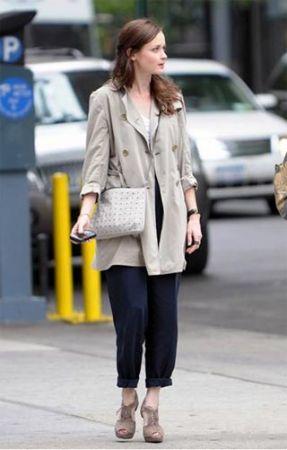 Alexis Bledel con sandali H&M in camoscio