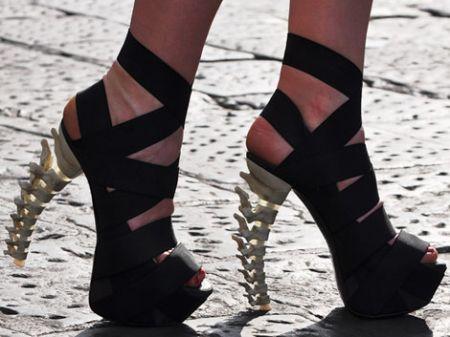 DSquared2: le ossa al posto dei tacchi per le scarpe del prossimo autunno