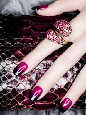 Smalto per unghie rosa e nero