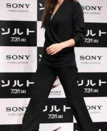 Angelina Jolie: total look Ferragamo a Tokio