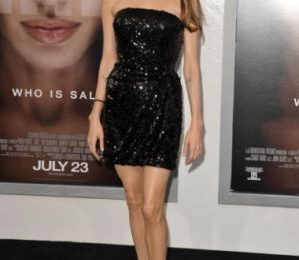 """Angelina Jolie con abito Emporio Armani alla premiere di """"Salt"""" a Los Angeles"""