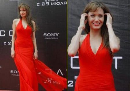 """Angelina Jolie con abito Versace alla premiere di """"Salt"""" in Russia"""