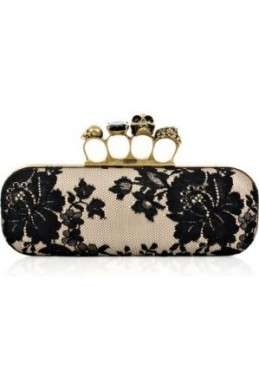 Alexander McQueen, la Knuckle Duster clutch in pizzo