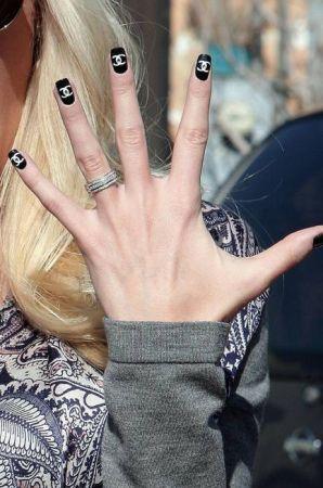 Unghie decorate: la moda del logo manicure