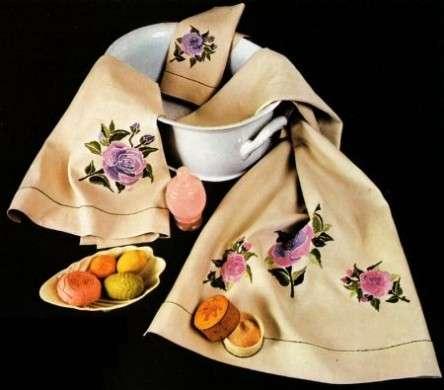 Cucito: una rosa ricamata su un set di asciugamani