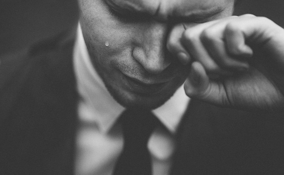 Perché le donne si sciolgono davanti a un uomo che piange?