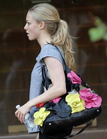 Amanda Seyfried con borsa Valentino
