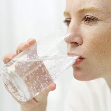 Bere acqua prima dei pasti fa dimagrire