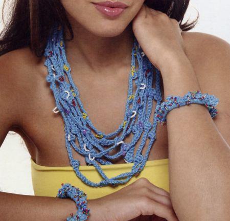 Gioielli fai da te: collana e bracciale con perline a uncinetto