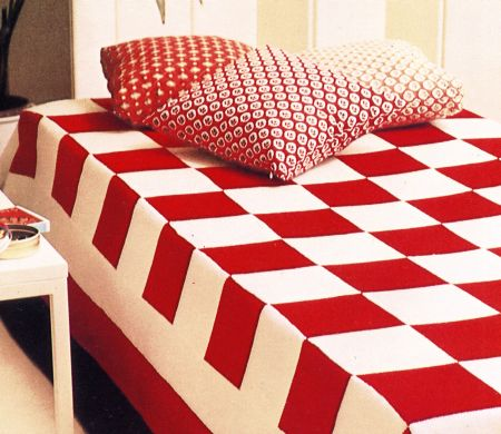 Lavori a maglia: una coperta a scacchiera bianca e rossa