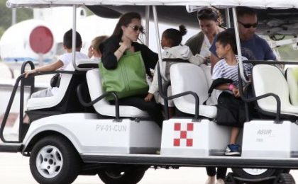 Angelina Jolie con una shopper firmata Valextra