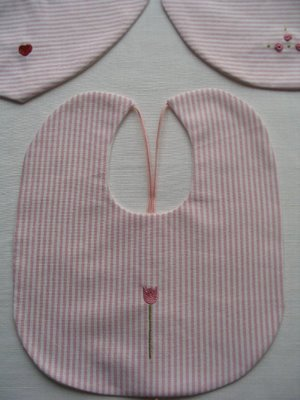 Idee cucito: realizzare bavaglini per neonati a casacca