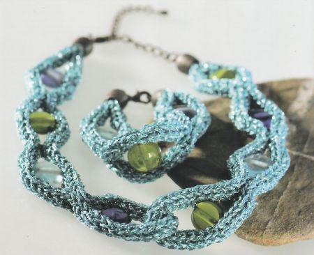 Una collana con perle fai da te realizzata con Maglia-Fix