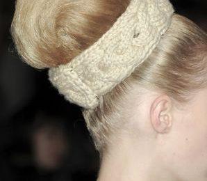 Schemi maglia: la fascia per capelli di Prada