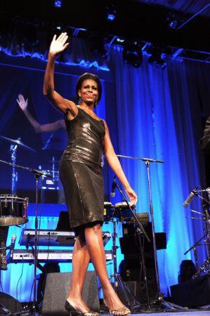 Michelle Obama sceglie un abito Moschino con paillettes