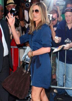 Jennifer Aniston con la Reversible bag di Tiffany & Co.