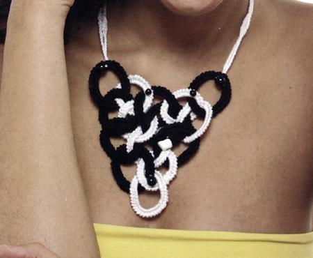 Gioielli fai da te: una collana a cerchi bianchi e neri
