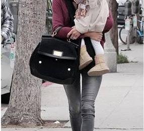 Alessandra Ambrosio: stivali Jimmy Choo per UGG e borsa Dolce & Gabbana