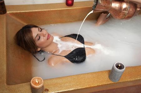 Cura del corpo: concedetevi un bagno nel latte come Cleopatra!