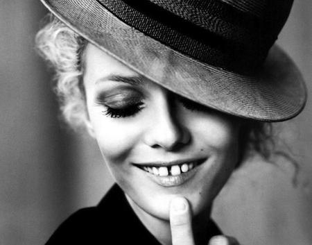 Il piercing alla lingua può danneggiare il vostro sorriso