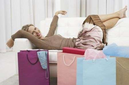 Donne pazze per lo shopping negli outlet