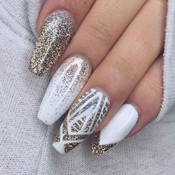 Unghie natalizie bianche e oro con nail art