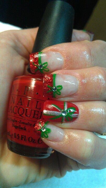 Unghie natalizie con fiocco in rosso e verde