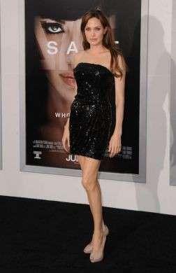 Angelina Jolie indossa Ferragamo a Parigi per la prima di The Tourist