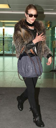 Rosie Huntington-Whiteley con una borsa Chanel