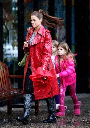 Valentino: gli stivali anti pioggia in pizzo per Denise Richards
