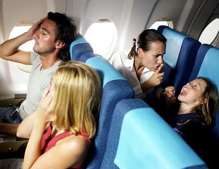 Bambini fastidiosi in aereo