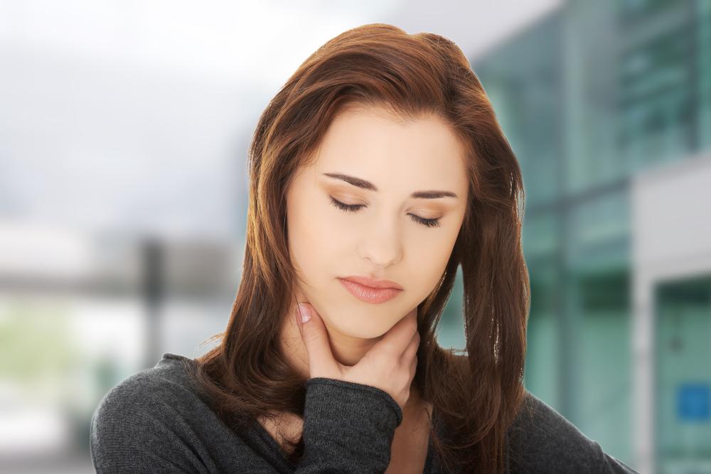 Placche alla gola: tutti i sintomi e i rimedi utili