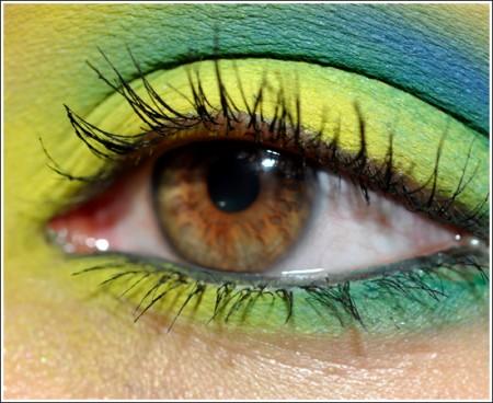Trucco occhi coloratissimo: giallo e azzurro per la primavera