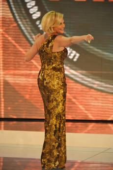 Isola dei Famosi 8: Simona Ventura apre con un abito dorato di Armani Privé