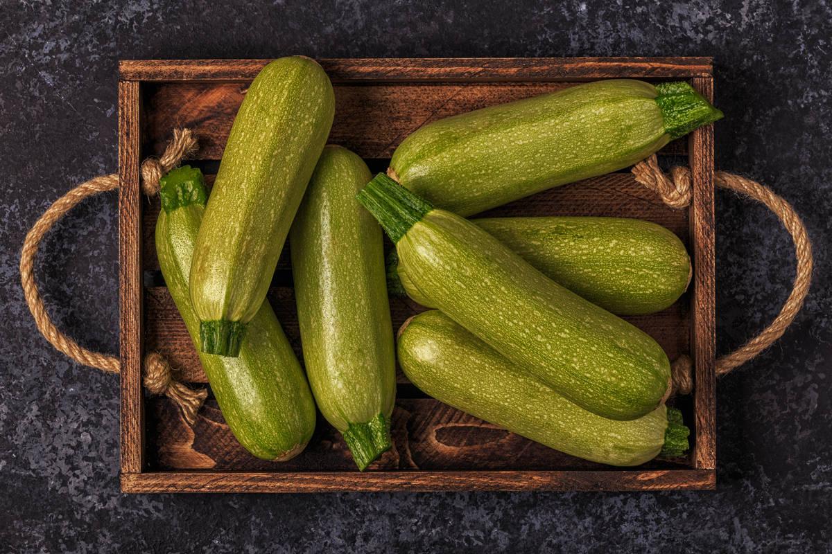Cesta di zucchine verdi