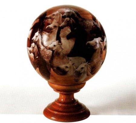 Decoupage: una sfera decorata con cavalli