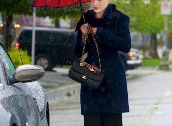 Chanel: Dita Von Teese con la 2.55 con charms