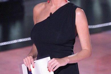 GF 11: Alessia Marcuzzi in Stella McCartney, fiera delle sue forme