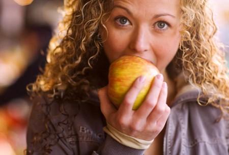 Colesterolo: bastano 1 o 2 mele al giorno per abbassarlo