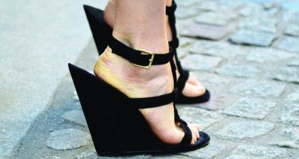 Scarpe Yves Saint Laurent: le zeppe che sfidano la gravità!