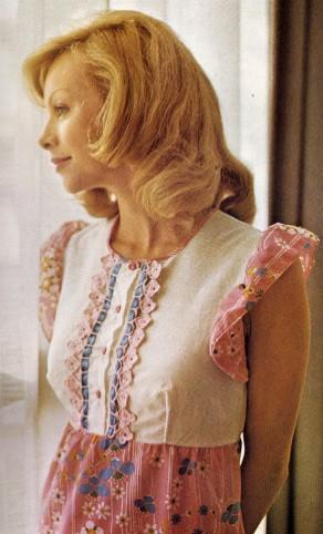 Lavori all'uncinetto: creare dei profili rosa alla camicia da notte